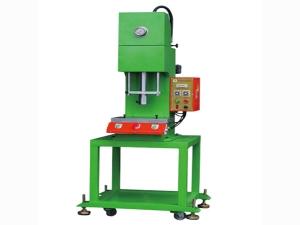 单柱C型油压机系列压床是一款适用性极强的单轴装配设备,集气压,油压优点为一身,是广大厂商提高质量的优选产品. 设计特点: c型机台,空间大,操作方便,下压精度高,可以控制在0.02mm功率小,能耗低,速度均可 产品特点: 1.该系列液压压床以1-15MPA的液体压力为动力源,外接三相AC380V 50HZ或三相AC220 60HZ交流电源.总耗电功率不超过3.7KW. 2.该系列设备以液体作为介质来传递能量,控制灵活,易实现自动化,运行速度 匀速平稳,与气压设备相比,速度和压力可调可控,出力调节范围大,独